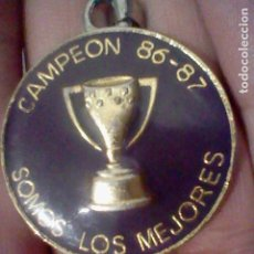 Coleccionismo deportivo: CAMPEON 86 1986 87 LLAVERO GOTA COPA REAL MADRID SOMOS LOS MEJORES 4 CMS DIAMETRO. Lote 195408845