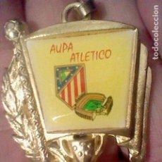Coleccionismo deportivo: ATLETICO MADRID ESCUDO JUGADOR CALDERON METAL DORADO GOTA LLAVERO 5 CMS ALTO APRX. Lote 195409417