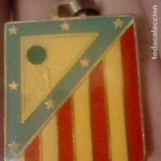 Coleccionismo deportivo: ATLETICO MADRID SOMOS LOS MEJORES JESUS GIL ESCUDO METAL DORADO GOTA LLAVERO 4CMS ALTO APRX . Lote 195423615