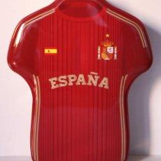 Coleccionismo deportivo: CAJA DE METAL LATA VACIO, CAMISETA SELECCION DE ESPAÑA 21X17X5CMS // (4). Lote 195424675