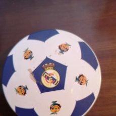 Coleccionismo deportivo: REAL MADRID CAJA DE LATA POSAVASOS MUNDIAL 82. Lote 196844990