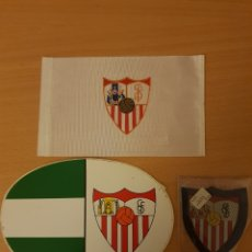 Coleccionismo deportivo: SEVILLA CLUB DE FÚTBOL. PEGATINA, ESCUDO DE TELA Y BANDERITA DE TELA. Lote 197956996