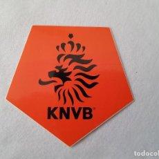 Coleccionismo deportivo: ADHESIVO / PEGATINA FÚTBOL ESCUDO SELECCIÓN HOLANDESA (KNVB) . Lote 198824223