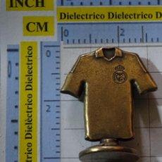 Coleccionismo deportivo: PIEZA JUEGO DEL AJEDREZ DEL REAL MADRID CLUB DE FÚTBOL. CABALLO CAMISETA 12 AFICIÓN LATÓN. Lote 199214685