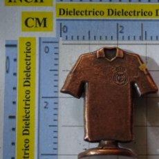Coleccionismo deportivo: PIEZA JUEGO DEL AJEDREZ DEL REAL MADRID CLUB DE FÚTBOL. CABALLO CAMISETA 12 AFICIÓN BRONCE. Lote 199214780