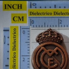 Coleccionismo deportivo: PIEZA JUEGO DEL AJEDREZ DEL REAL MADRID CLUB DE FÚTBOL. ALFIL ESCUDO BRONCE. Lote 199215002
