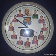 Coleccionismo deportivo: RELOJ DE PARED NAHUEL - FOTOGRAFÍAS JUGADORES C F BARCELONA - FUNCIONA - . Lote 200535318
