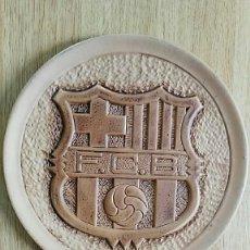 Coleccionismo deportivo: CUADRO CON ESCUDO EN ALTO RELIEVE DEL FCBARÇA F.C.BARCELONA 26 CM. DE DIAMETRO. Lote 204682577