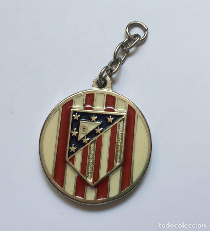 Coleccionismo deportivo: Colgante: AT. MADRID (Escudo clásico) Metálico. Año 1969-70. Original ¡Coleccionista! - Foto 3 - 205275301