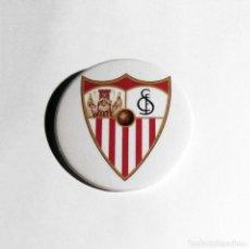 Coleccionismo deportivo: SEVILLA FÚTBOL CLUB - CHAPA 59MM (CON IMPERDIBLE). Lote 205439843