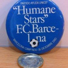 Coleccionismo deportivo: GRAN CHAPA DE FÚTBOL - PARTIDO AYUDA UNICEF - HUMANE STARS VS FC BARCELONA - CAMP NOU 16 /12 / 1980. Lote 139679018