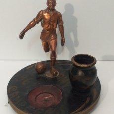 Coleccionismo deportivo: FIGURA DE UN FUTBOLISTA DE AÑO 1967 CAMPEÓNS ES MUY ANTIGUA. Lote 206977975