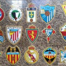 Coleccionismo deportivo: COLECCION DE ESCUDOS DE CLUBS DE FUTBOL PRIMERA DIVISION TEMPORADA 1972-73, LOTE DE 15 ESCUDOS. Lote 207284613