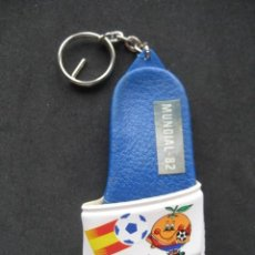 Coleccionismo deportivo: LLAVERO ZAPATILLA CHANCLETA FUTBOL MUNDIAL ESPAÑA 82. NARANJITO. Lote 210953504