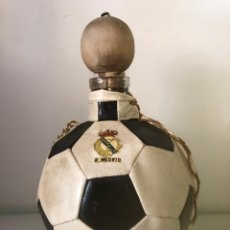 Coleccionismo deportivo: BOTELLA BALÓN CON ESCUDO DEL REAL MADRID ( CON CONTENIDO) ALTURA 21 CM.. Lote 212341672