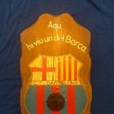 Coleccionismo deportivo: CF BARCELONA CUADRO DE MADERA DE LOS AÑOS 40 AQUI HI VIU UN DEL BARÇA. Lote 214320317