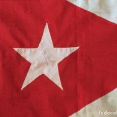 Coleccionismo deportivo: BANDERA DE CUBA , FIRMA JAVIER SOTOMAYOR . RECORDMAN MUNDIAL SALTO DE ALTURA. Lote 214402348
