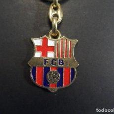 Coleccionismo deportivo: LLAVERO ESCUDO FUTBOL CLUB BARCELONA. BARÇA . ALPACA DORADA Y ESMALTADA. SIGLO XX. Lote 216895127