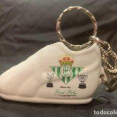 Collectionnisme sportif: REAL BETIS LLAVERO ZAPATILLA DE CERAMICA CON EL ESCUDO DEL CLUB. Lote 217889808