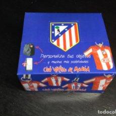 Coleccionismo deportivo: CAJA COMPLETA CON 24 COLGANTES ATLÉTICO MADRID - FORLÁN - LUIS GARCÍA Y MAXI - DESCATALOGADOS. Lote 218496761