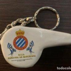 Collectionnisme sportif: R.C.D. ESPAÑOL LLAVERO SILBATO DE CERAMICA CON EL ESCUDO DEL CLUB. Lote 218804400