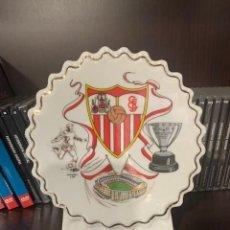 Coleccionismo deportivo: SEVILLA F.C. FIGURA PERGAMINO CIRCULAR CON EL ESCUDO DEL CLUB. Lote 221791733