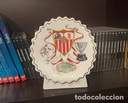 Coleccionismo deportivo: SEVILLA F.C. FIGURA PERGAMINO CIRCULAR CON EL ESCUDO DEL CLUB - Foto 2 - 221791733