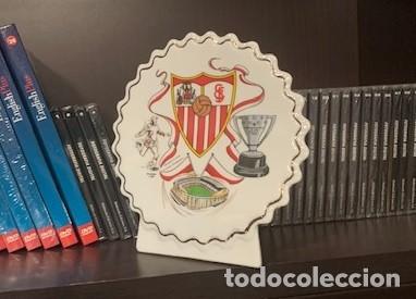 Coleccionismo deportivo: SEVILLA F.C. FIGURA PERGAMINO CIRCULAR CON EL ESCUDO DEL CLUB - Foto 3 - 221791733