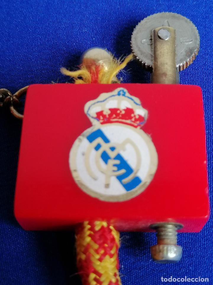 Coleccionismo deportivo: LLAVERO MECHERO REAL MADRID ANTIGUO - Foto 6 - 221935476