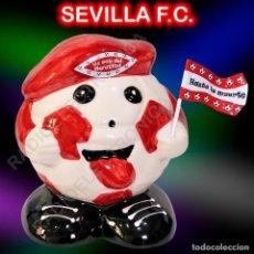 Coleccionismo deportivo: HUCHA BALÓN CERAMICA BANDERIN Y GORRA SEVILLA FUTBOL CLUB 16CMS DE ALTURA. Lote 222088236