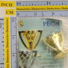 Coleccionismo deportivo: PIEZA DEL AJEDREZ DEL REAL MADRID CLUB DE FÚTBOL. PEÓN. COLOR ORO. DORADO. COPA TROFEO LIGA. Lote 222289348