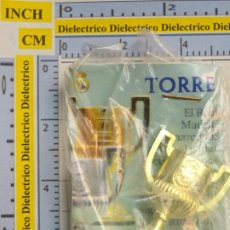 Coleccionismo deportivo: PIEZA DEL AJEDREZ DEL REAL MADRID CLUB DE FÚTBOL. TORRE. COLOR ORO. DORADA. COPA DEL REY TROFEO. Lote 222289582