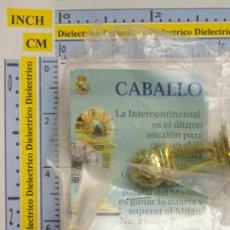 Coleccionismo deportivo: PIEZA DEL AJEDREZ DEL REAL MADRID CLUB DE FÚTBOL. CABALLO COLOR ORO. DORADA COPA INTERCONTINENAL. Lote 222289700