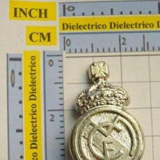 Coleccionismo deportivo: PIEZA DEL AJEDREZ DEL REAL MADRID CLUB DE FÚTBOL. REY COLOR PLATA. PLATEADO. ESCUDO. Lote 222289808