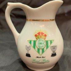 Coleccionismo deportivo: REAL BETIS JARRA MINI CLASICA DE PORCELANA CON EL ESCUDO DEL CLUB. Lote 222448978