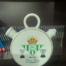 Coleccionismo deportivo: REAL BETIS BOTIJO DE PORCELANA DE DISEÑO EXCLUSIVO CON EL ESCUDO DEL CLUB. Lote 222521241