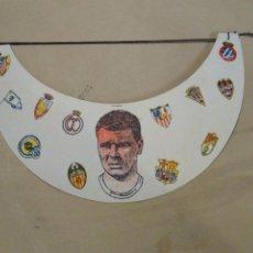 Coleccionismo deportivo: VISERA DE CARTON CON FOTO DEL FUTBOLISTA KUBALA. ESCUDOS DEL REAL MADRID, VALENCIA, ATLETICO ETC.. Lote 223371610