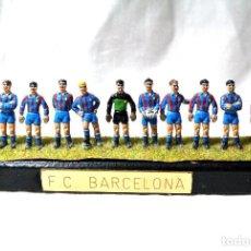 Coleccionismo deportivo: MINIATURA VINTAGE DEL EQUIPO FC BARCELONA DE PLOMO LAQUEADO *. Lote 224087223