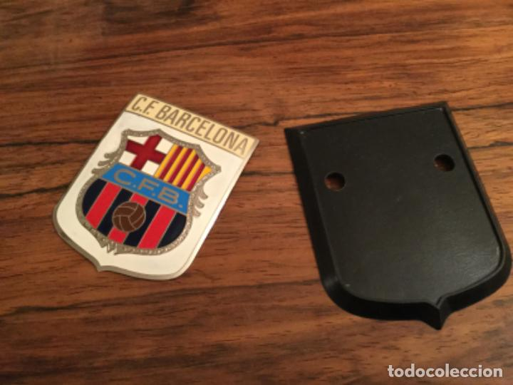 Coleccionismo deportivo: Antiguo Escudo del Club Futbol Barcelona - Chapa metalica para adorno de coche - MOTO. INSIGNIA - Foto 2 - 225838253