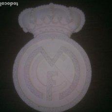 Coleccionismo deportivo: ESCUDO REAL MADRID, TALLADO EN PIEDRA DE ARCILLA EN RELIEVE. Lote 229037560