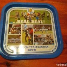 Coleccionismo deportivo: BANDEJA NUEVA REAL SOCIEDAD DE FUTBOL SAN SEBASTIAN REAL REAL CAMPEON TXAPELDUNAK 1980-81. Lote 254038080