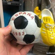 Coleccionismo deportivo: HUCHA CERAMICA MUNDIAL DE FUTBOL ESPAÑA 82 - MEDIDA 13X9X12 CM. Lote 236750060