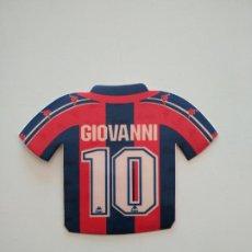 Coleccionismo deportivo: PEGATINA CAMISETA GIOVANNI (EL DE LES BOTIFARRES) FC BARCELONA 1996-97 BARÇA DE ROBSON Y NUÑEZ. Lote 241332555