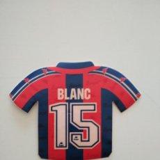 Coleccionismo deportivo: PEGATINA CAMISETA LAURENT BLANC FC BARCELONA 1996-97 BARÇA DE ROBSON Y NUÑEZ. Lote 241332565