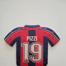 Coleccionismo deportivo: PEGATINA CAMISETA JUAN ANTONIO PIZZI MACANUDO FC BARCELONA 1996-97 BARÇA DE ROBSON Y NUÑEZ. Lote 241332575