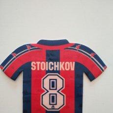 Coleccionismo deportivo: PEGATINA CAMISETA HRISTO STOICHKOV FC BARCELONA 1996-97 BARÇA DE ROBSON Y NUÑEZ. Lote 241332585