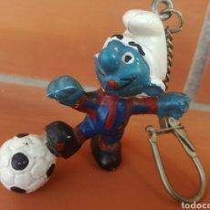 Coleccionismo deportivo: PITUFO SMURF LLAVERO MUÑECO DE GOMA FUTBOL CLUB BARCELONA BARÇA. Lote 244714685