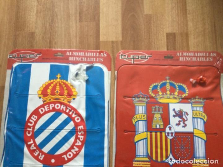 Coleccionismo deportivo: ALMOHADILLA HINCHABLE. REAL CLUB DEPORTIVO ESPAÑOL Y SELECCION ESPAÑOLA FUTBOL RETRO ESPANYOL SARRIA - Foto 2 - 245539655