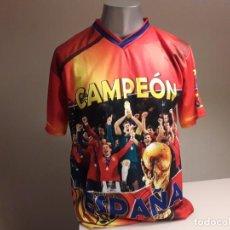 Coleccionismo deportivo: CAMISETA SOUVENIR MUNDIAL FUTBOL SUDAFRICA 2010 ESPAÑA CAMPEONES. Lote 246364140