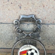 Coleccionismo deportivo: ANTIGUO ABRIDOR ABREBOTELLAS DEL XII CAMPEONATO MUNDIAL DE FUTBOL ESPAÑA 1982. METAL Y ESMALTE. RARO. Lote 248102700